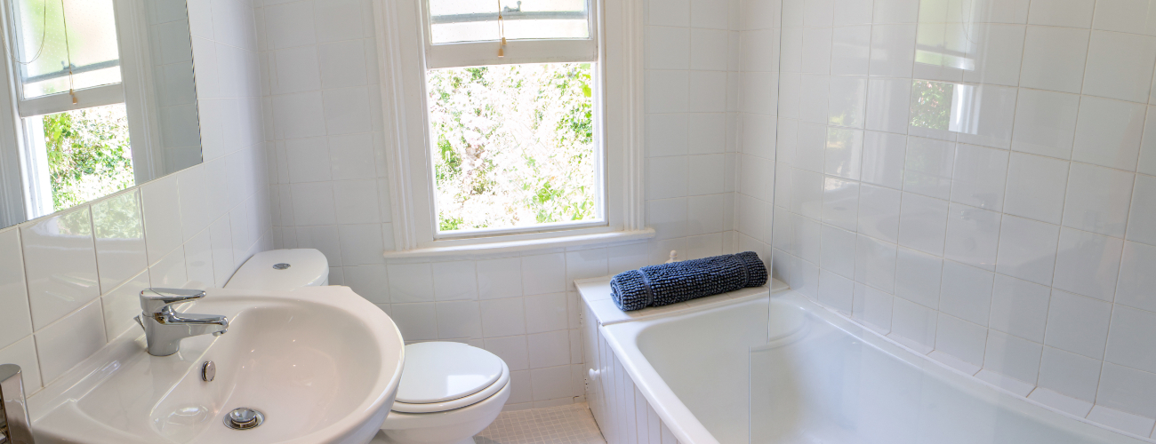 70 Above Town, Dartmouth - Bathroom